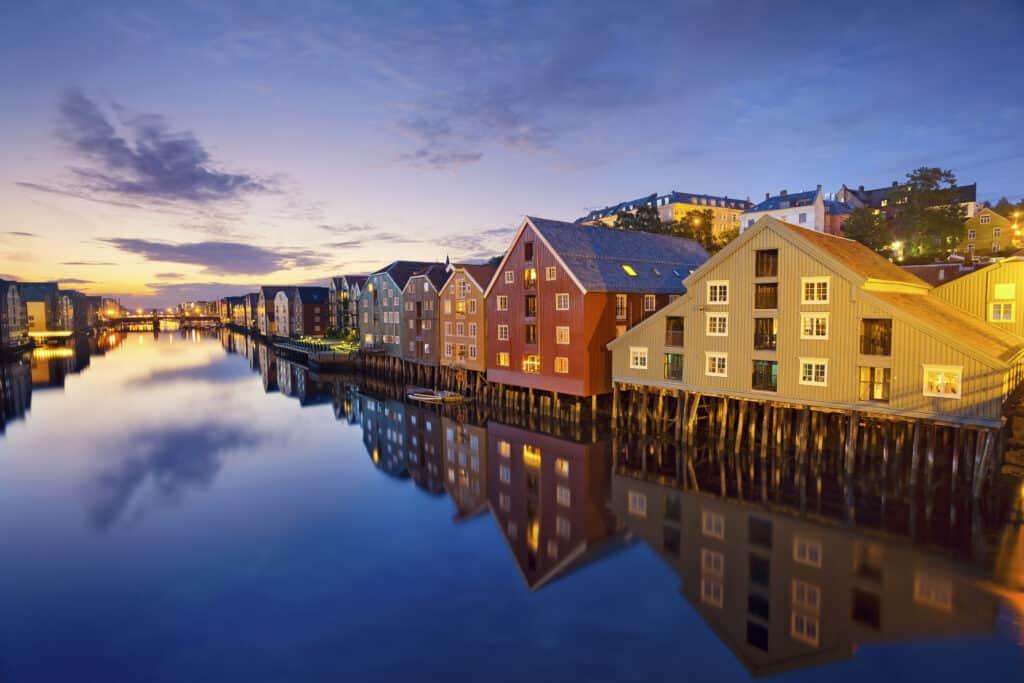 Gekleurde houten huizen aan het water in Trondheim, Noorwegen
