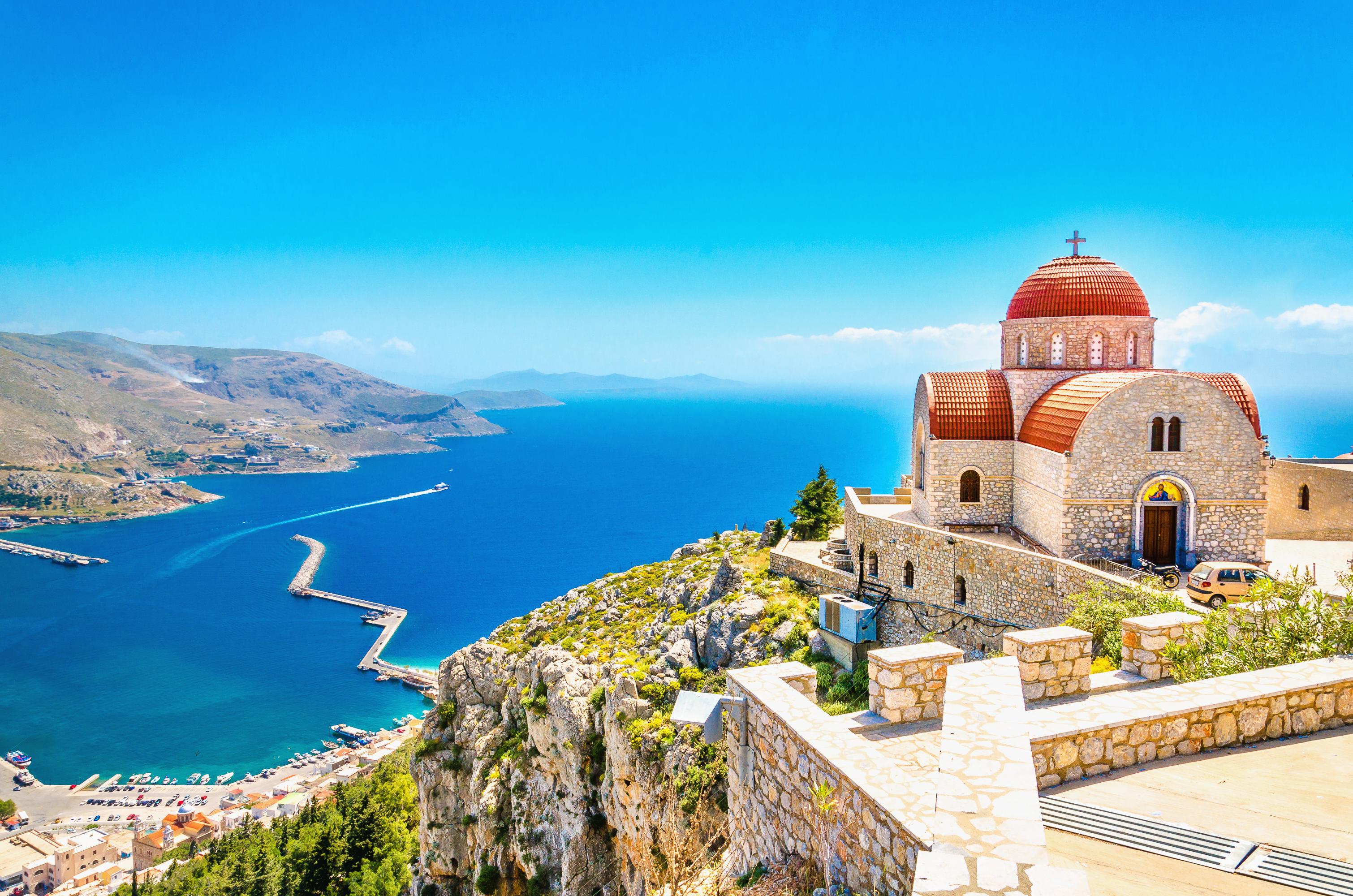 Kerk op een klif op Lesbos in Griekenland