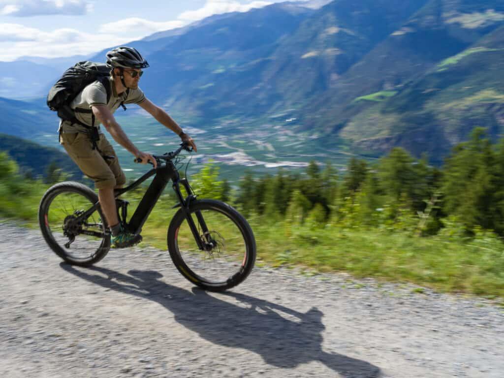 Man fietst op een elektrische mountainbike door de Alpen