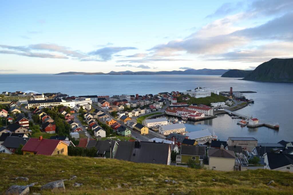 Uitzicht over Honningsvåg in Noorwegen