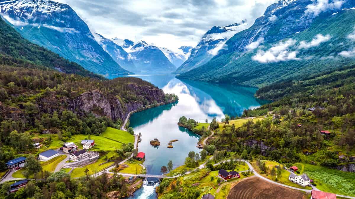 Uitzicht over een Noors fjord