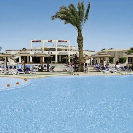 Zwembad van Aladdin Beach Resort in Hurghada, Rode Zee, Egypte