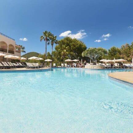 Zwembad van Invisa Figueral Resort in Playa de Figueral, Ibiza, Spanje