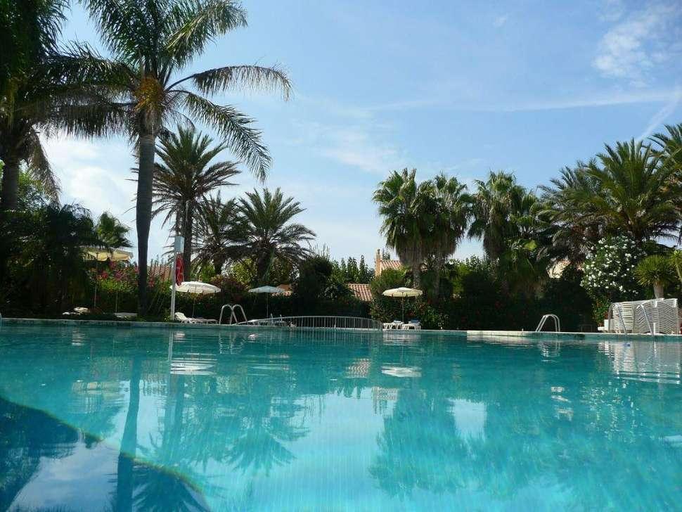 Zwembad van Pueblo Menorquin in Cala'n Bosch, Menorca, Spanje