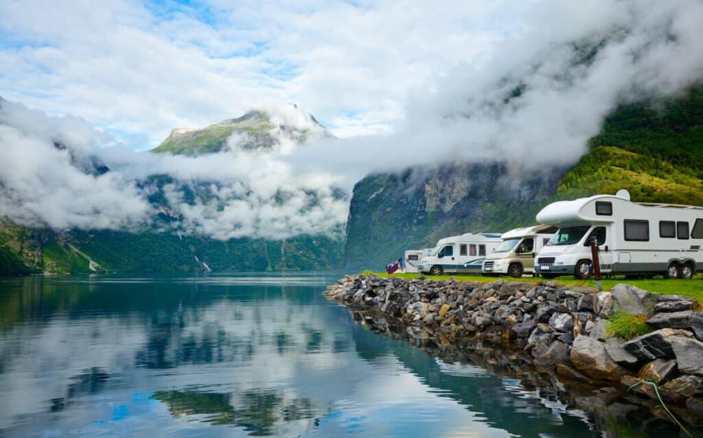 Campers aan een meer in Noorwegen