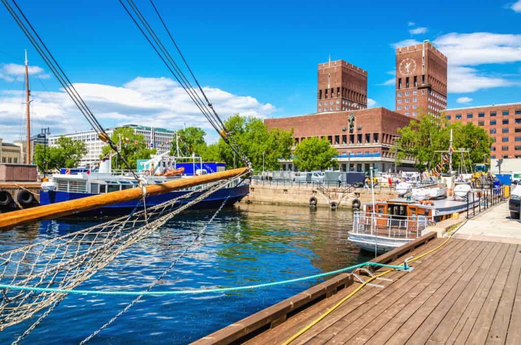 Gemeentehuis aan de haven in Oslo, Noorwegen