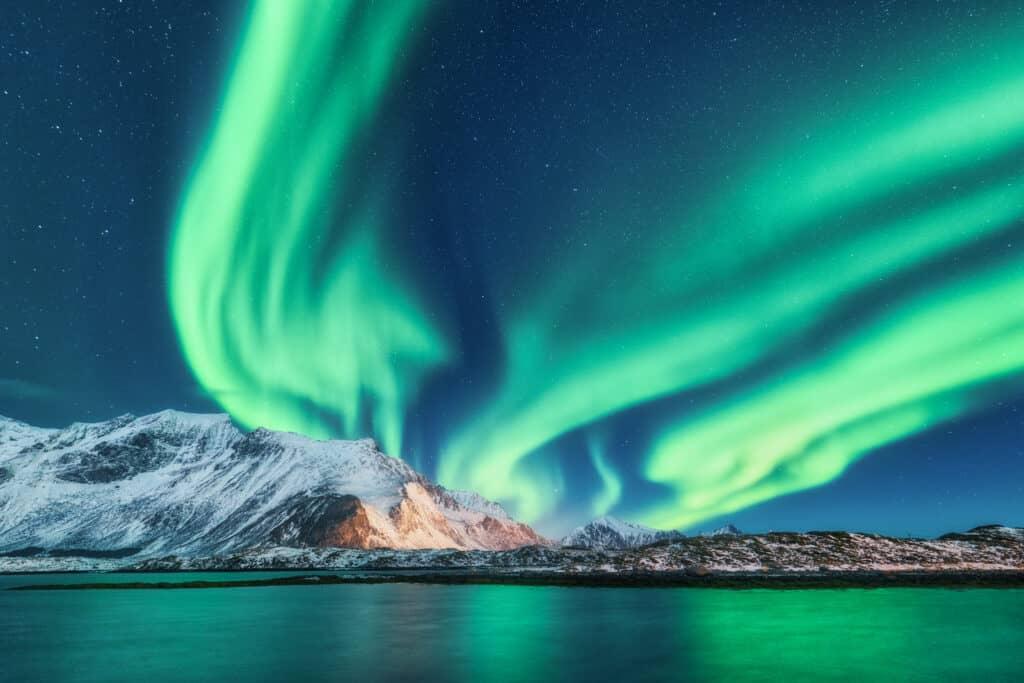 Groen noorderlicht bij de Lofoten in Noorwegen