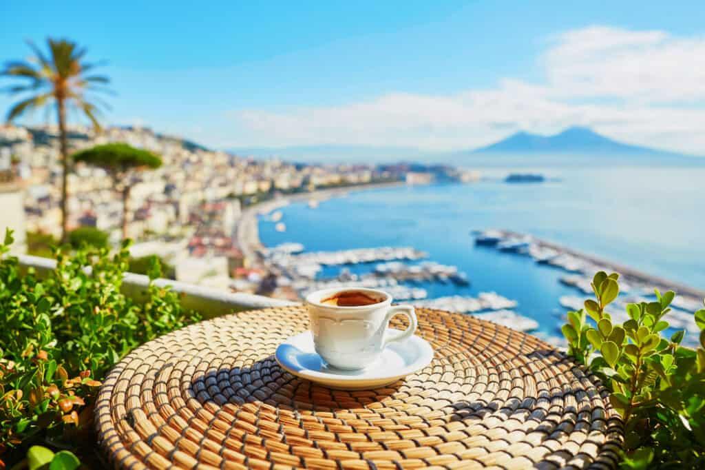 Koffie met uitzicht over de Vesuvius vulkaan