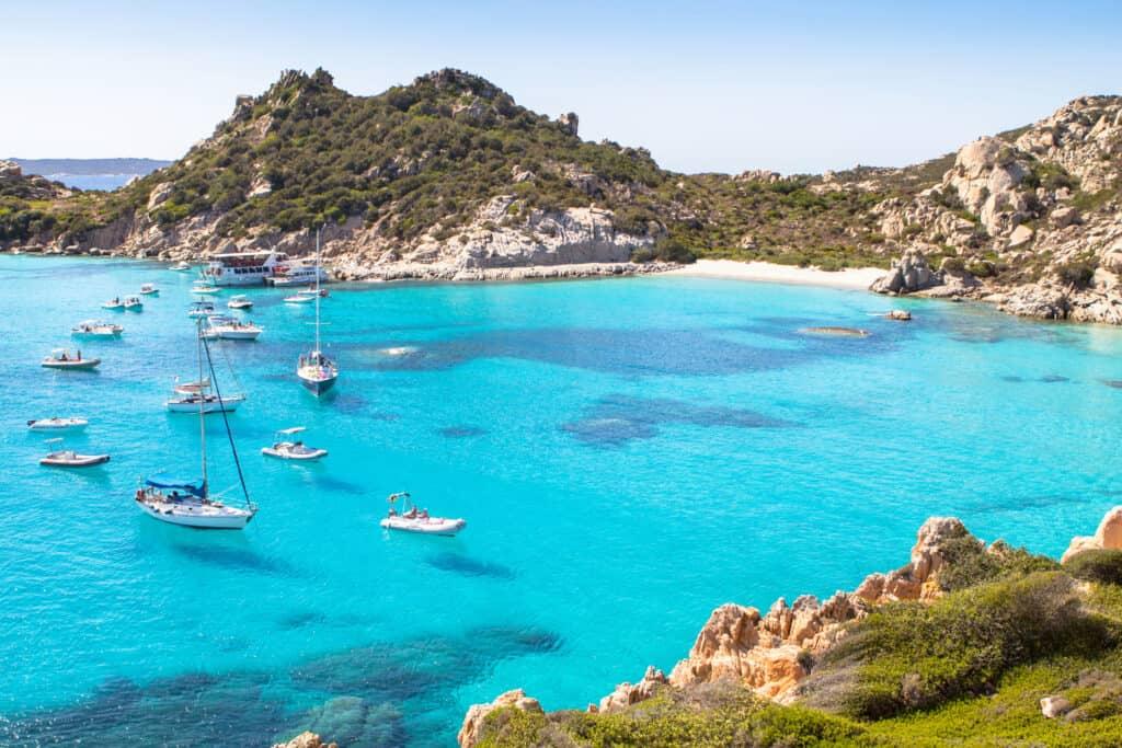 Boten in de baai van La Maddalena in Italië