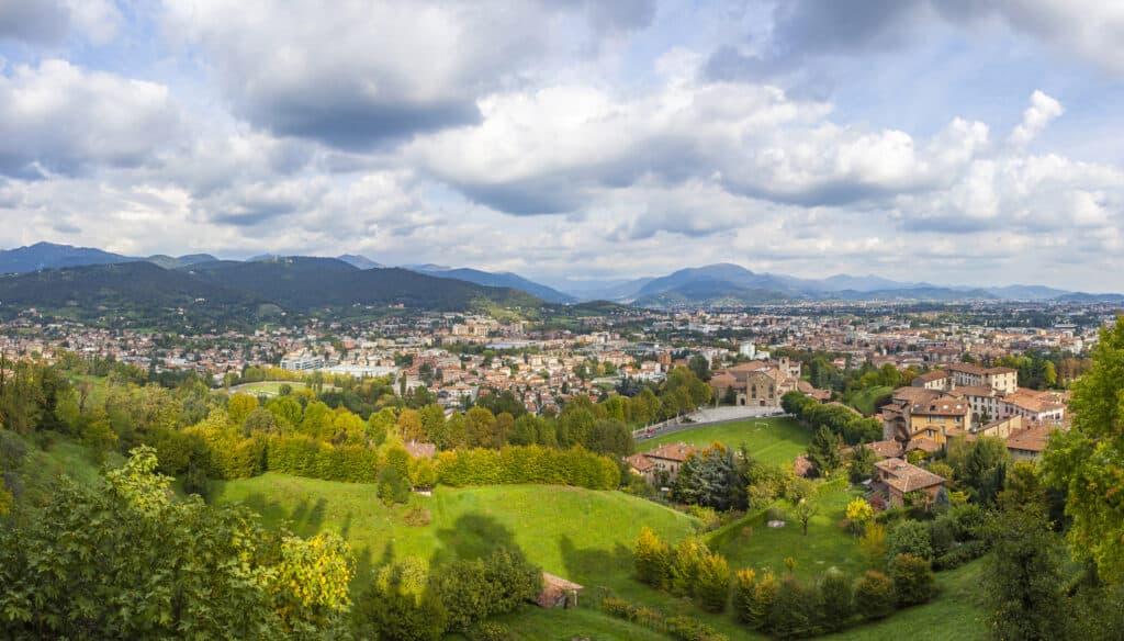 Panoramisch uitzicht over de stad Bergamo in Italië