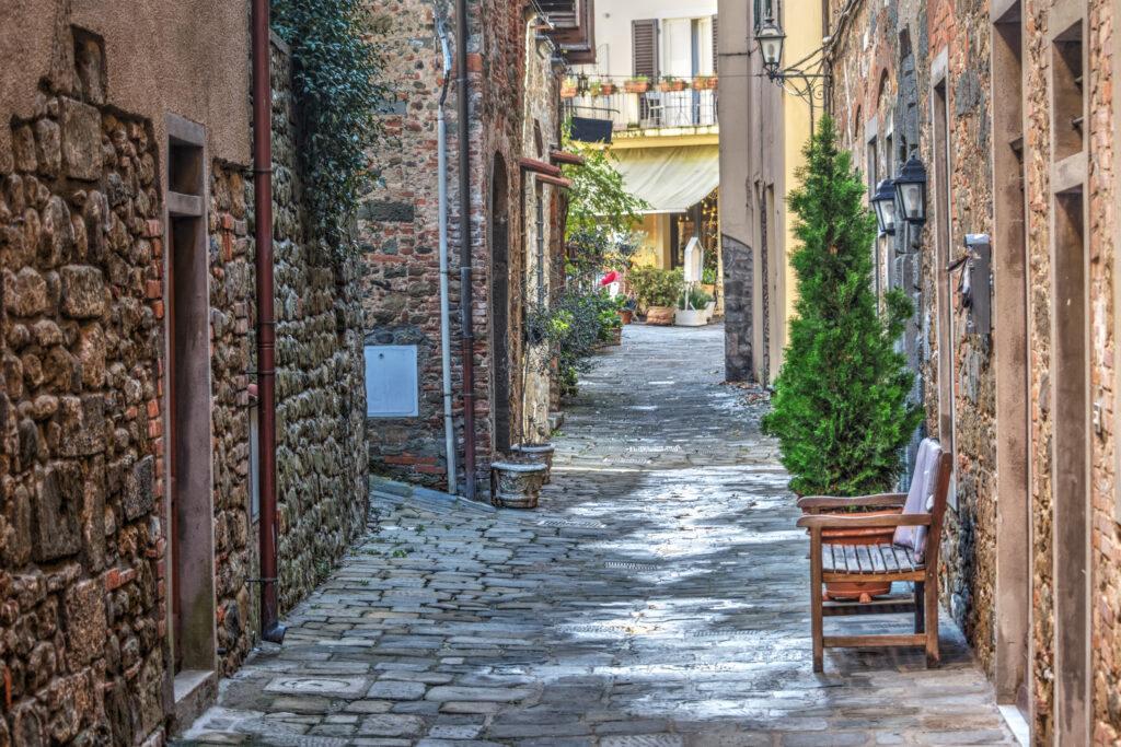 Pittoresk steegje in Montecatini Alto, Italië