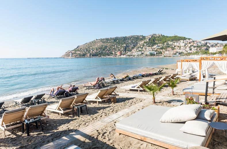 Strand van En Vie Beach in Alanya, Turkse Rivièra, Turkije