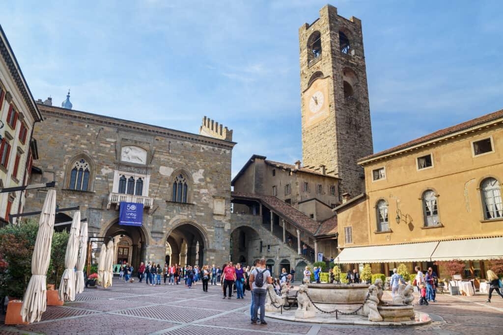 Toeristen bij Piazza Vecchia van Citta Alta in Bergamo, Italië