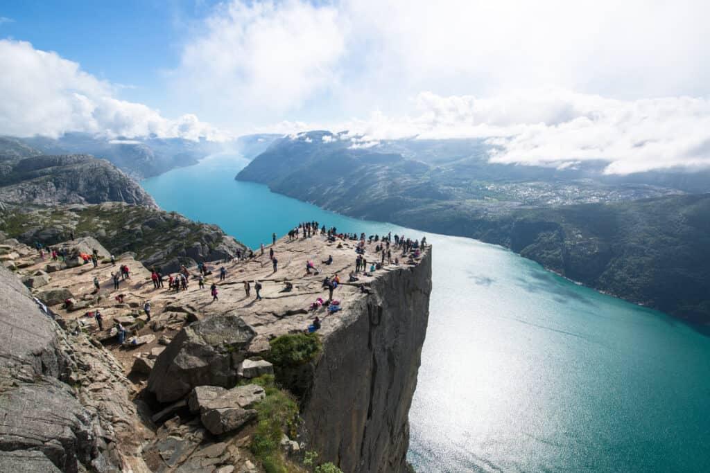Toeristen op de Preikestolen in Noorwegen