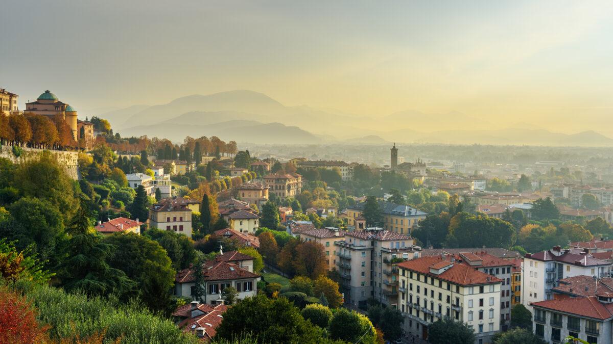 Uitzicht op Bergamo vanaf Porta San Giacomo Gate in de ochtend