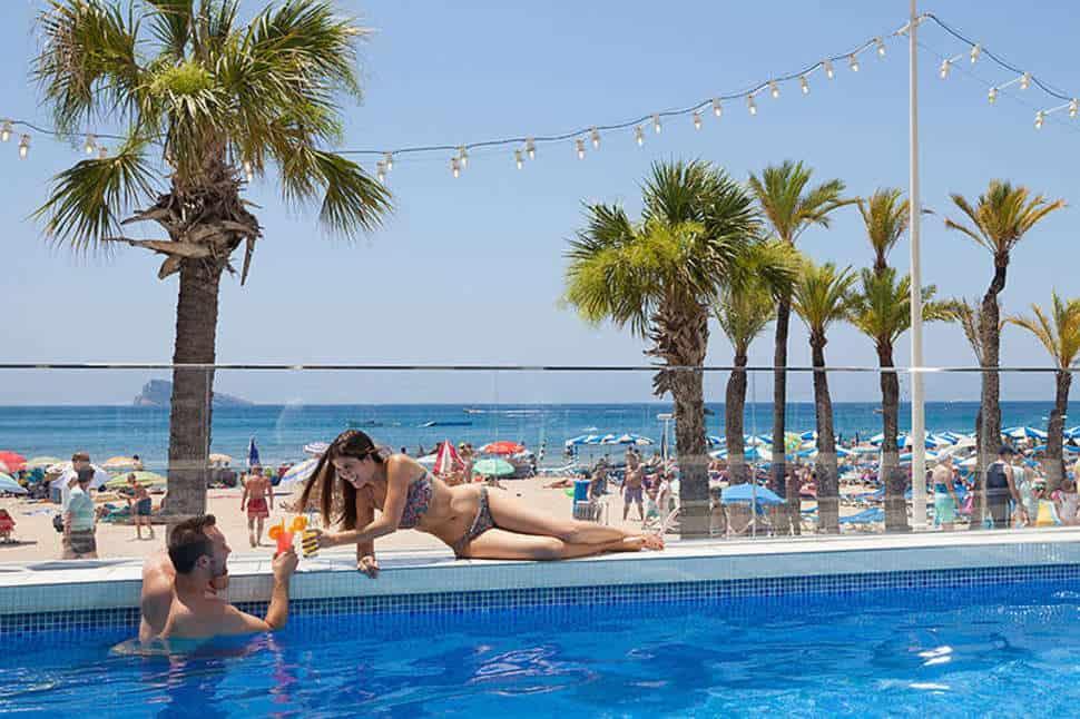 Uitzicht op het strand van Hotel Brisa in Benidorm, Costa Blanca, Spanje