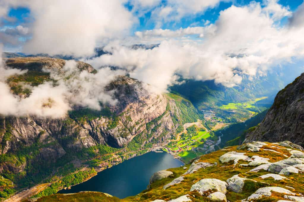 Uitzicht over de Lysefjord vanaf Kjerag berg, Noorwegen