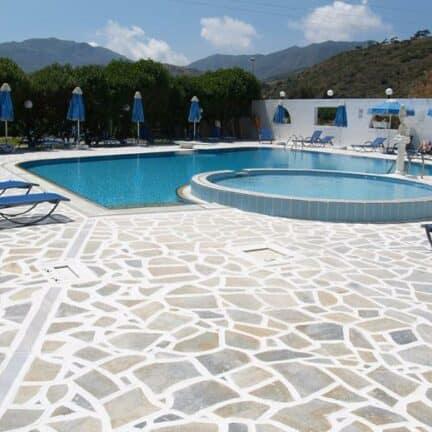 Zwembad van Blue Bay in Karpathos-Stad, Karpathos, Griekenland