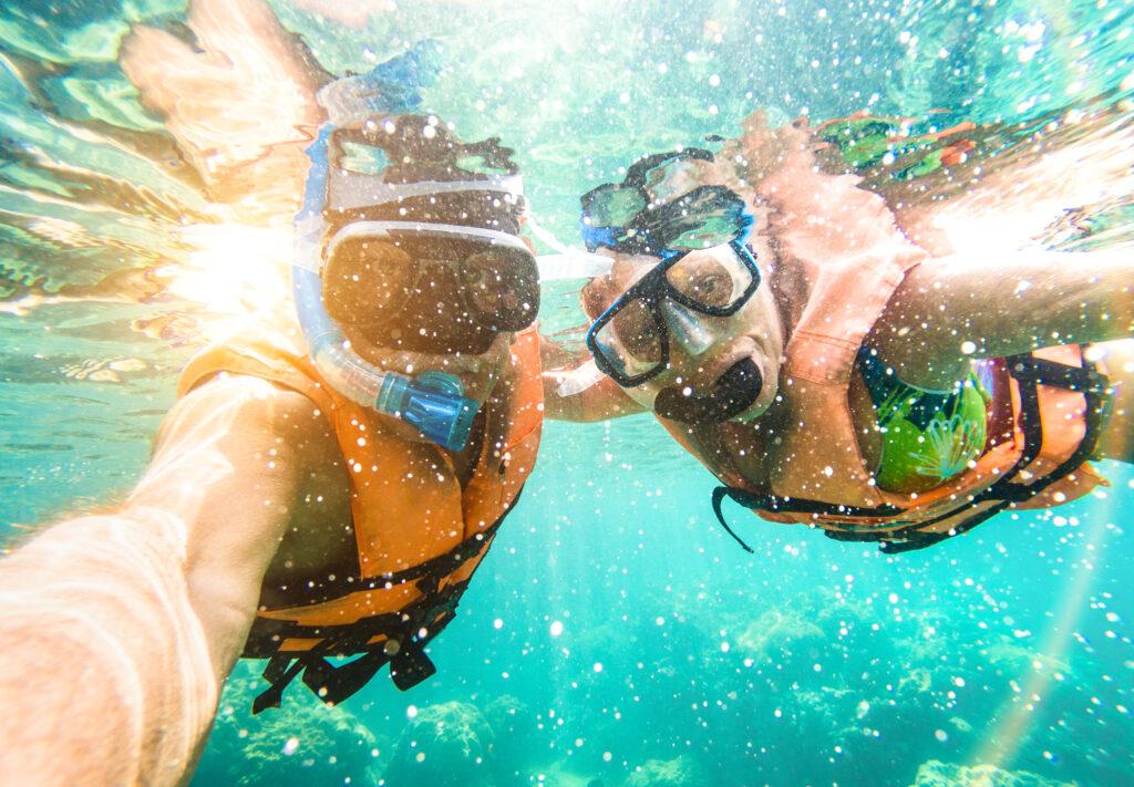 Man en vrouw aan het duiken in zee