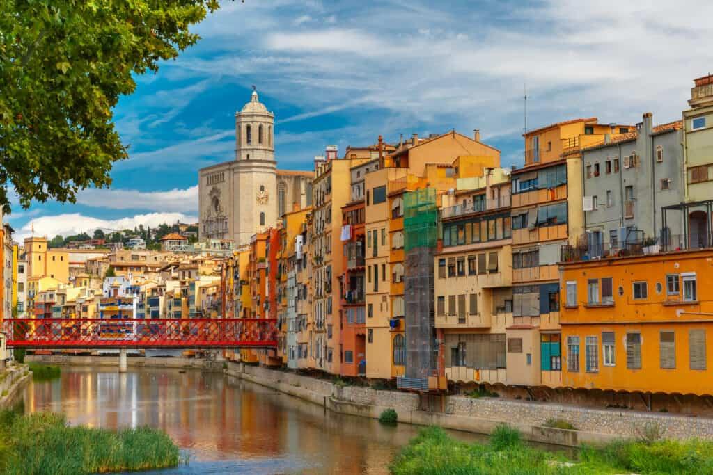Kleurrijke huisjes aan het water in Girona, Spanje