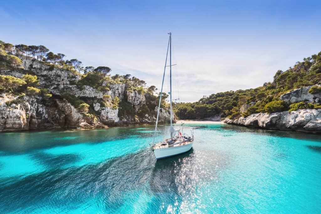 Een boot in de laguna van Menorca, Balearen