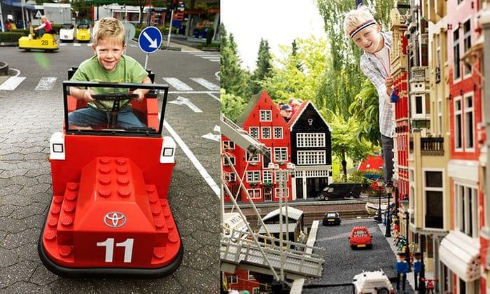 Kind in legoauto en kind bij legohuizen in Legoland Billund, Denemarken