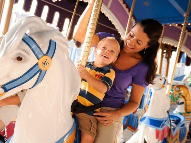 Moeder en kind in de draaimolen van Disneyland Parijs, Frankrijk