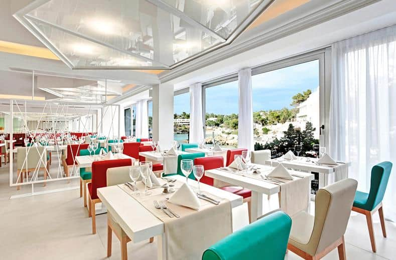 Restaurant van Grupotel Ibiza Beach resort in Cala Portinatx, Spanje