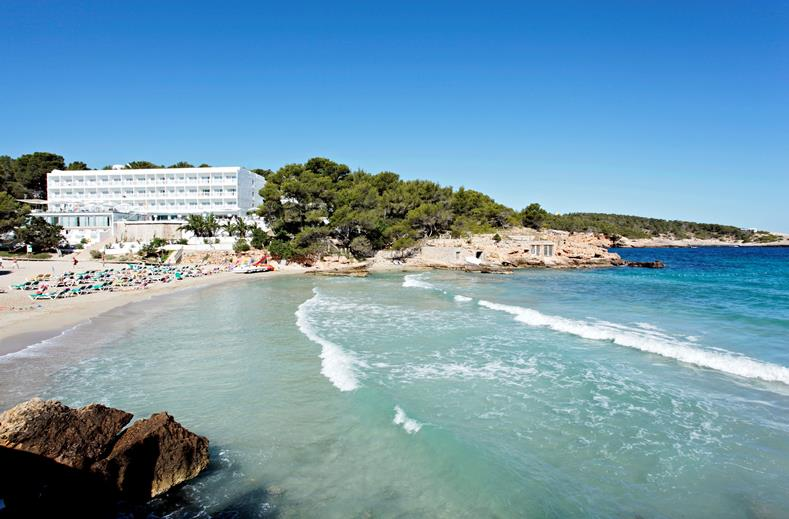 Strand van Grupotel Ibiza Beach resort in Cala Portinatx, Spanje