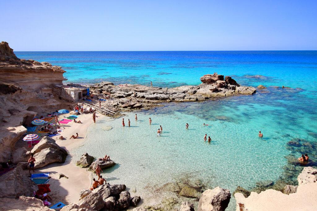 Strand van Es Calo d'es Mort op Formentera, Balearen