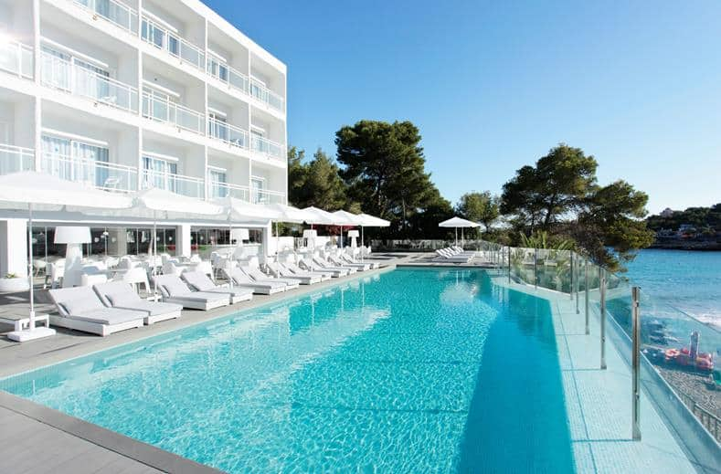 Zwembad van Grupotel Ibiza Beach resort in Cala Portinatx, Spanje