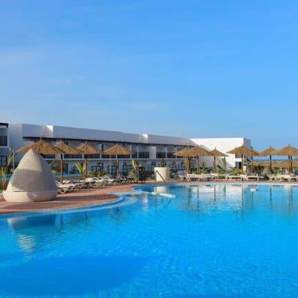 Zwembad van TUI Sensimar Cabo Verde Resort & Spa in Santa Maria, Sal, Kaapverdië