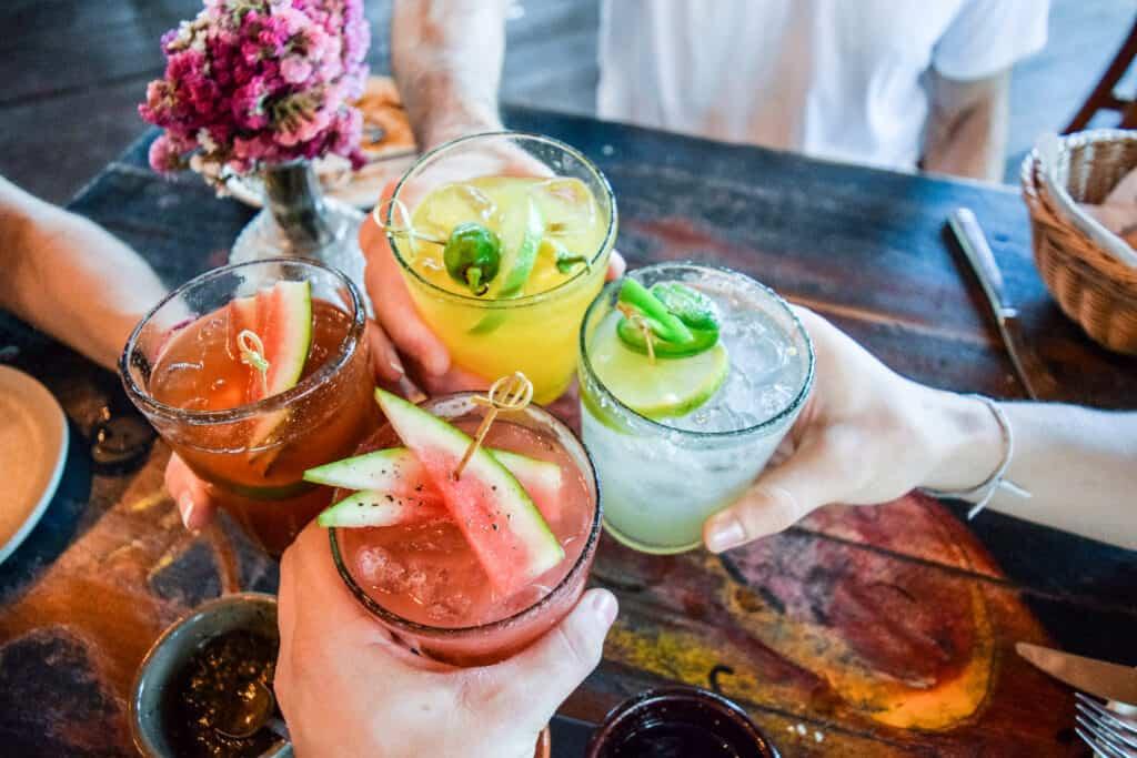 Genieten van cocktails met vrienden