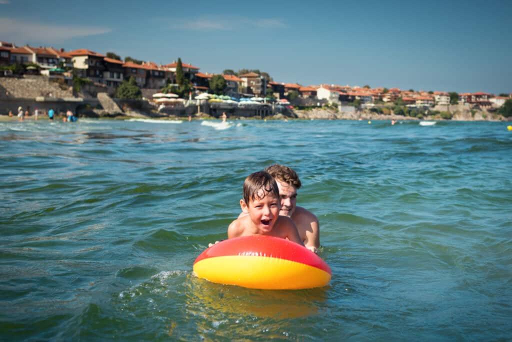 Kinderen spelen in de zee in Bulgarije