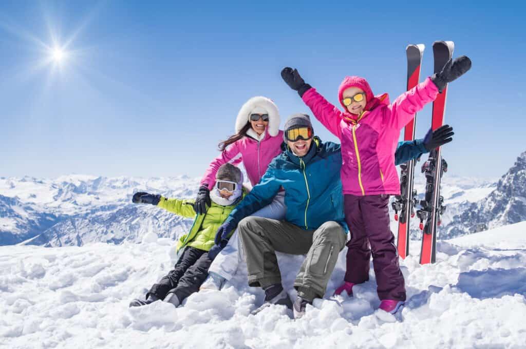 Vrolijke familie op wintersport