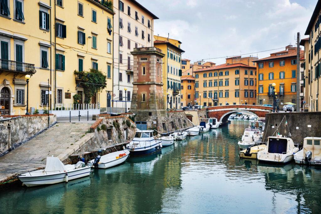 Boten aan de gracht in Livorno in de wijk Venezia Nuova