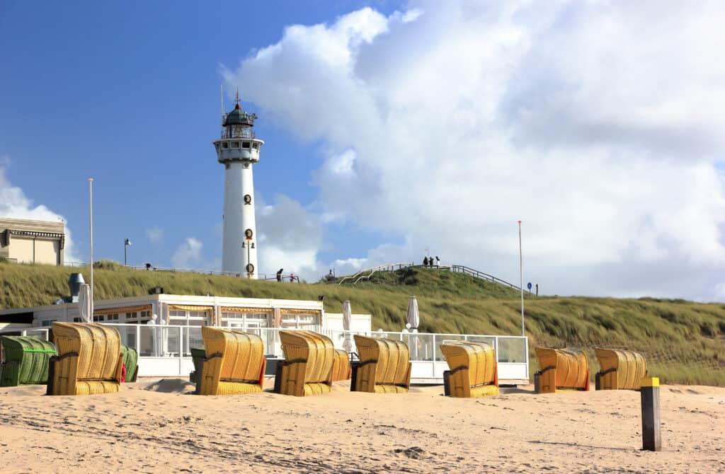 Vuurtoren en strand in Egmond aan Zee, Noord-Holland
