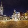 Sint Bavo-plein en de Belfort toren bij nacht in Gent, België