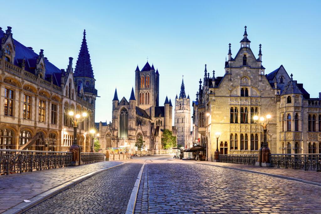 Uitzicht op oude gebouwen in Gent tijdens de avondschemering