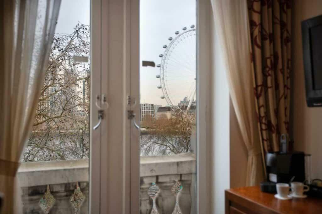 Uitzicht over de Theems en het Londen Eye vanuit je hotelkamer