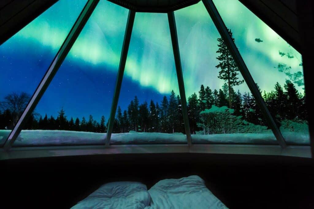 Uitzicht op het noorderlicht in een cabin van Levi Northern Lights Huts