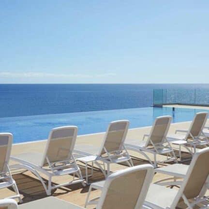 Uitzicht over zee bij het zwembad van Fantasia Bahia Principe