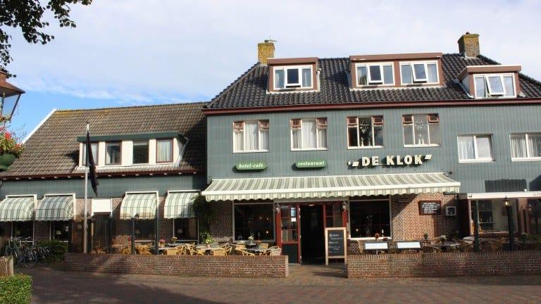 Voorzijde van hotel De Klok in Buren, Ameland