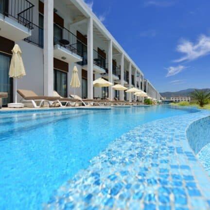 Zwembad voor de swim-up kamers van Jiva Beach Resort