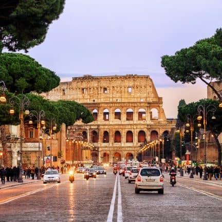 Auto's op de weg met het Colosseum in de achtergrond