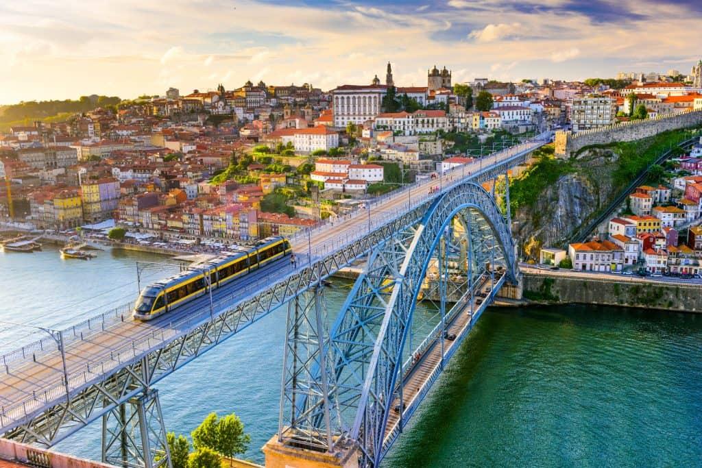 Beroemde brug in Porto en uitzicht over de stad