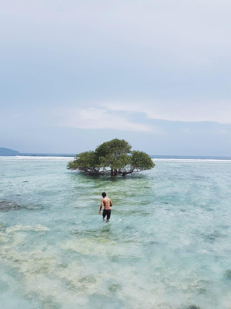 Wandelen in de zee van de Gili Eilanden