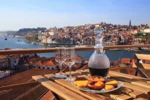 Terras met typische port en 'Pasteis de nata' en uitzicht over Porto