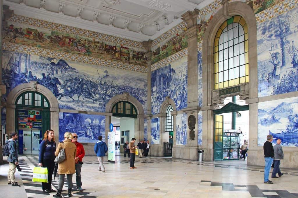 Treinstation São Bento met prachtige azulejos tegels in Porto