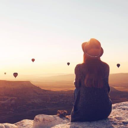 Vrouw alleen op reis in Cappadocie, Turkije